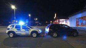 Dobrý den, řidičák sem! Opilá řidička ve Vrchlabí nacouvala rovnou do vozu strážníků
