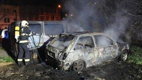 U Bulovky uhořel člověk v autě. Plameny vozidlo kompletně zachvátily