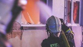 Nebezpečný požár zachvátil v Mohelnici panelák: Hasiči evakuovali 70 lidí