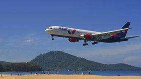 Fotka letadla na známé pláži může skončit smrtí. Thajsko chystá tvrdý trest