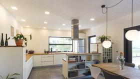 Domov bez bariér! Moderní kuchyně a obývák pro mladou maminku na invalidním vozíku