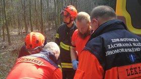 Kácel strom a druhý na něj spadl! Dřevorubci zavalil nohy, záchranáři k němu nemohli