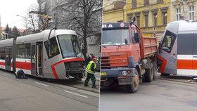 V Brně se srazila tramvaj s náklaďákem: Zasahovali záchranáři
