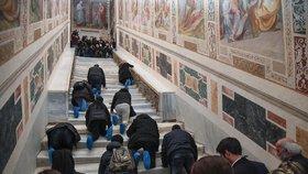 """""""Ježíšovy schody"""" po 300 letech odhaleny: Věřící se  po nich plazí v návlecích"""