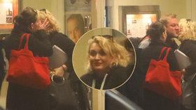 Těhotná Bittnerová v obležení kolegů: Před divadlem ji málem umačkali radostí!