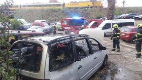 Auto lehlo popelem: U požáru na Smíchově zasahovali i záchranáři