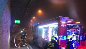 VIDEO: Z Mrázovky se valil dým! V tunelu shořelo auto, požár poškodil zabezpečovací systémy