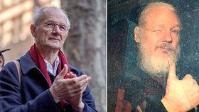"""""""Táhli ho po schodech. A vypadal hrozně."""" Otec Assange prosí úřady, aby pomohly synovi domů"""