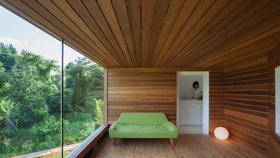 Skvělá práce s prostorem! Dřevěný dům nabízí výhledy do okolí a zároveň chrání soukromí