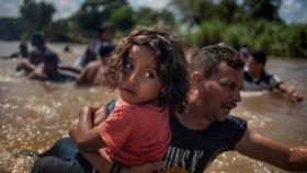 Migranty s dětmi mohou zadržovat neomezeně dlouho, rozhodla Trumpova vláda