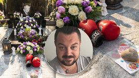 Dojemný vzkaz na hrobě Jana Kočky (†28): Dcerka Sophie (1) tátovi přinesla obrázky