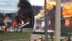 Šest mrtvých po havárii letadla: Zřítilo se na rodinný dům a explodovalo!