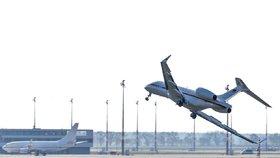 Vládní letoun při nouzovém přistání drhl křídly o ranvej: Cestující měli smůlu
