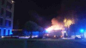 Poplach! V Brně pod mrakodrapem AZ-Tower hořely železniční vagony. Doprava se zastavila