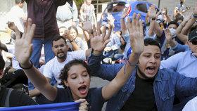 """""""Nechápu, proč nás tolik nenávidí."""" Uprchlíci čekali lepší život, narazili na odpor"""