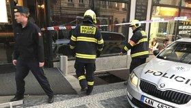 Zásah hasičů na Vinohradech: Do větrací šachty se tu zřítil člověk