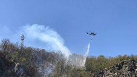 Mohutný požár lesa u Prahy: Hořelo v nepřístupném terénu, hasil vrtulník i lezci