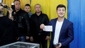 """Favorit ukrajinských voleb porušil zákon. Ukázal """"zakřížkovaný"""" lístek"""