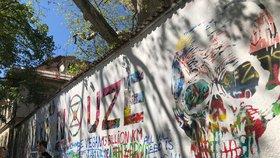Vyhlaste klimatickou nouzi, nabádají Prahu aktivisté. Přemalovali Lennonovu zeď