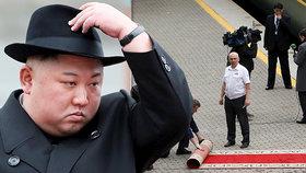 Trapas v Rusku: Kimův vlak nezvládl zastavit u červeného koberce, musel couvat