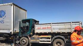 Vážná nehoda uzavřela Pražský okruh u Radotínského mostu: Srazil se kamion s náklaďákem, na místo letěl vrtulník