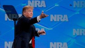 Trump hodil pero mezi lidi. Ruší podpis Obamy na smlouvě o obchodu se zbraněmi