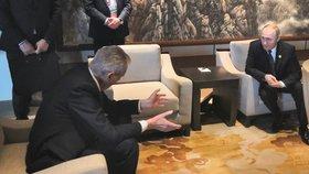 Zeman se v Číně sešel s Putinem, který ho bedlivě poslouchal. Ale nepřisedl si