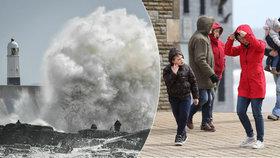 Bouře Hannah řádila v Británii a Irsku. Silný vítr vrátil na zem i letadlo