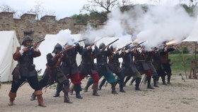 Střelba na Veveří: Vojáci prodělali výcvik z unikátních zbraní přímo před návštěvníky hradu