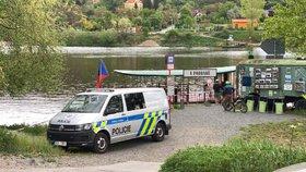 Vltava v Podbabě vydala mrtvé tělo: Ve vodě pobylo několik dní, po totožnosti se pátrá