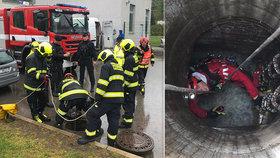 Dělník spadl do kanálu a spláchla ho voda: Pátrání pokračuje, policisté pročesají Vltavu