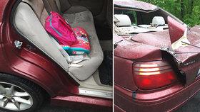 Na auto táty s dcerkou spadl u Paskova strom: Smrti unikla jen o kousek, místní se bojí