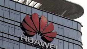 """Huawei rozdává tučné odměny. Zaměstnance cení za """"boj s Američany"""""""