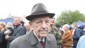 Jakeš (†97) trable se svou urnou předvídal, rodina má obavy z pohřbu. Proč?