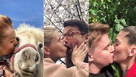 Prvomájová líbačka s koněm i se psem? Slavní to pod třešněmi dost rozjeli
