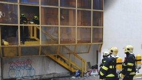 Požár vyhnal lidi z postelí: Za ubytovnou na Žižkově hořelo, 15 lidí muselo budovu opustit