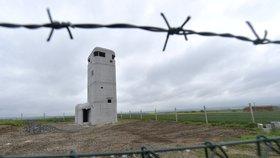 """Rozhledna na """"Šibeničáku"""" vypadá jako bunkr:  Připomene Kubiše, otevřou ji asi v červnu"""