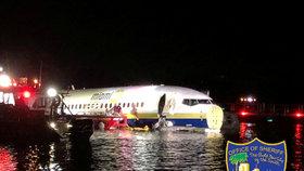 Boeing za silné bouřky nezvládl přistání. Se 143 lidmi skončil v řece na Floridě