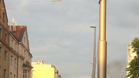 VIDEO: Pražští hasiči v akci: K večeru hořelo pod Libeňským mostem a v Hodkovičkách
