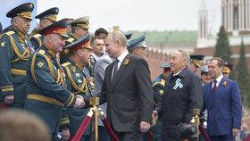 """Putin bouřil kvůli """"nestydaté lži"""" dětem. Do ulic Moskvy vyrazily tanky a tisíce vojáků"""