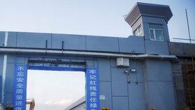 Čína vězní miliony muslimů, byť to popírá. Existenci lágrů prokázaly satelity