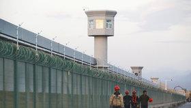 Život muslimů v Číně: Převýchova, nucené práce, kamery a dívky, které zmizely