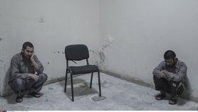 Bití, znásilňování a bachař Hitler. Přeživší popsali hrůzy v syrských věznicích