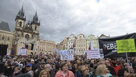 Proti Babišovi a Benešové bouřily v Praze tisíce lidí. I s anglickými poutači