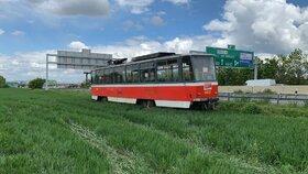 Tramvaj na D1 překvapila řidiče. Někdo ji zaparkoval hned za svodidla u Čestlic
