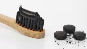 Populární zubní pasty s uhlím škodí, varují lékaři. Mohou vést i k rakovině