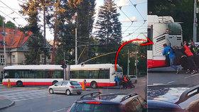 Tohle není vtip! Když v Brně nejede trolejbus, tlačí ho cestující! A dostanou lízátko...