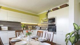 Sloučením místností v rodinném domě vznikl prostorný obývák s úžasnou kuchyní