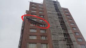 Zasekla se plošina a nakloněná visela na paneláku: Dělníkům šlo o život!