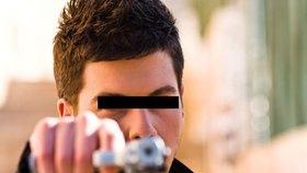 Městem se potuloval s pistolí: Opilý mladík měl zranění, která nedokázal vysvětlit